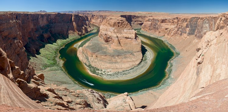 The Grand Canyon can hold around 900 trillion footballs.